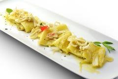 Macarrão de Paccheri do prato da massa com cebola e calamar Imagens de Stock