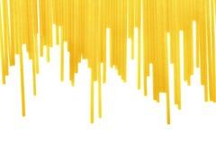 Macarrão dourado isolado em um fundo branco Espaguetes crus longos Refeições wheaty saborosos Pratos italianos nutritivos Foto de Stock Royalty Free