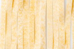 Macarrão italiano do alimento cru Massa no fundo branco foto de stock