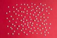 Macarrón minúsculo aislado en el fondo rojo imagen de archivo libre de regalías