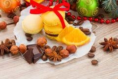 Macarrones amarillos con las decoraciones de la Navidad Fotografía de archivo
