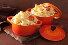 Macarrones cocidos con queso en cazuela anaranjada Fotos de archivo libres de regalías
