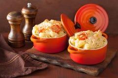 Macarrones cocidos con queso en cazuela anaranjada Fotografía de archivo libre de regalías
