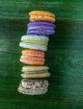 Macarrones coloreados en fila imagenes de archivo