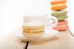 Macarrones coloridos con café del café express Imagenes de archivo