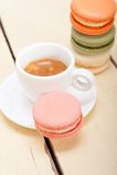 Macarrones coloridos con café del café express Fotos de archivo libres de regalías