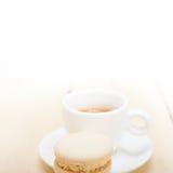 Macarrones coloridos con café del café express Imagen de archivo