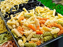 Macarrones coloridos y pastas preparados para cocinar Fotografía de archivo