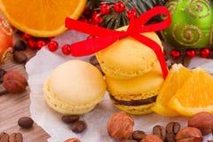 Macarrones con el árbol de navidad y las decoraciones Fotos de archivo libres de regalías