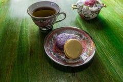 Macarrones con la taza de t? imagenes de archivo
