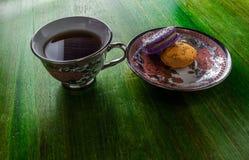 Macarrones con la taza de t? imagen de archivo libre de regalías