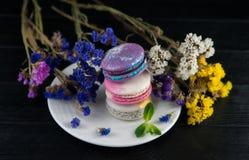 Macarrones con las flores Ciérrese encima de los macarrones Foto de archivo libre de regalías