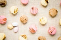 Macarrones con los huevos dulces en una servilleta de lino Imagen de archivo