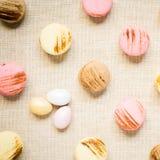 Macarrones con los huevos dulces en una servilleta de lino Fotografía de archivo