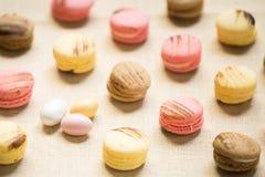Macarrones con los huevos dulces en una servilleta de lino Imagen de archivo libre de regalías