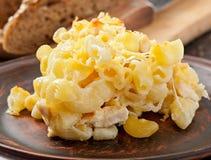 Macarrones con queso, el pollo y las setas imagen de archivo