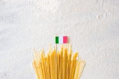 Macarrones crudos de los espaguetis de las pastas aislados en el fondo blanco Imagen de archivo libre de regalías