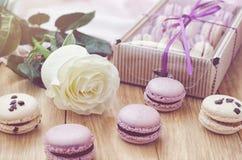 Macarrones de la lila con la caja color de rosa y de regalo Imagen de archivo libre de regalías