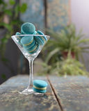 Macarrones de la menta sobre un vidrio del champán imágenes de archivo libres de regalías