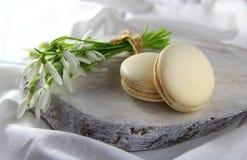Macarrones de las galletas con las flores blancas Foto de archivo
