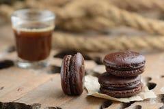 Macarrones de tres chocolates con café imagen de archivo libre de regalías