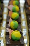 Macarrones del top de la torta de chocolate del brownie foto de archivo libre de regalías