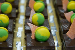 Macarrones del top de la torta de chocolate del brownie imagen de archivo