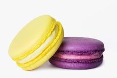 Macarrones deliciosos del color en el fondo blanco Fotos de archivo libres de regalías