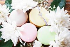 Macarrones dulces con la pulsera y las flores Imagen de archivo libre de regalías