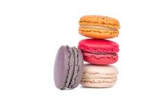 Macarrones dulces y coloridos en el fondo blanco, cierre de la variedad de los macarrones para arriba Foto de archivo libre de regalías