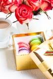 Macarrones en caja de regalo Imagen de archivo libre de regalías