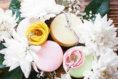 Macarrones en marco de la flor con los accesorios Foto de archivo libre de regalías
