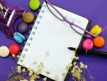 Macarrones franceses con la flor secada y el fondo vacío de la página del cuaderno imagen de archivo libre de regalías