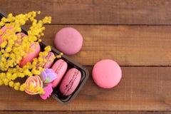 Macarrones franceses dulces en una caja en una superficie de madera Imágenes de archivo libres de regalías