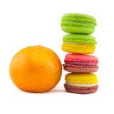 Macarrones franceses dulces y coloridos aislados en el backgrou blanco imagen de archivo libre de regalías