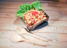 Macarrones fritos comida con la salsa de tomate Fotos de archivo