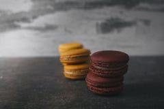 Macarrones o macaron franceses dulces y coloridos Fotos de archivo