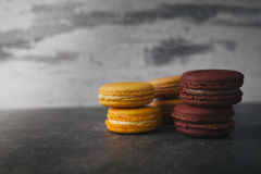 Macarrones o macaron franceses dulces y coloridos Imagen de archivo