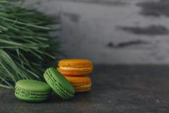 Macarrones o macaron franceses dulces y coloridos Fotografía de archivo