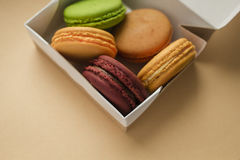 Macarrones o macaron franceses dulces y coloridos Imágenes de archivo libres de regalías