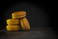 Macarrones o macaron franceses dulces y coloridos Foto de archivo