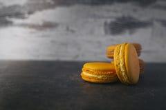 Macarrones o macaron franceses dulces y coloridos Fotos de archivo libres de regalías