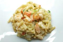Macarrones, pastas con el queso blanco, camarón, palillo del cangrejo y cebolla Imagen de archivo