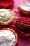 Macarrones que llenan en los pasteles redondos Fotografía de archivo