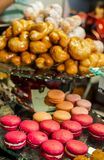 Macarrones rosados dulces de la torta del postre Fotografía de archivo