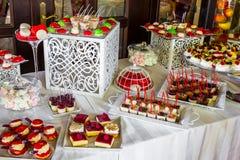 Macarrones rosados en la tabla de comida fría Barra de caramelo para la celebración de una boda Foto de archivo