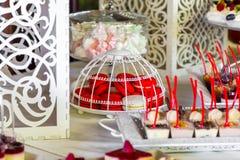 Macarrones rosados en la tabla de comida fría Barra de caramelo para la celebración de una boda Foto de archivo libre de regalías