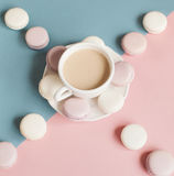 Macarrones suaves dulces en la placa Fotografía de archivo libre de regalías
