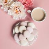 Macarrones suaves dulces en la placa Imagenes de archivo