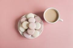 Macarrones suaves dulces en la placa Foto de archivo